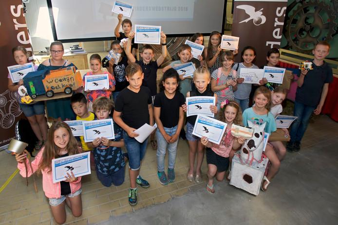 De prijswinnaars van de Uitvindwedstrijd met hun oorkondes.