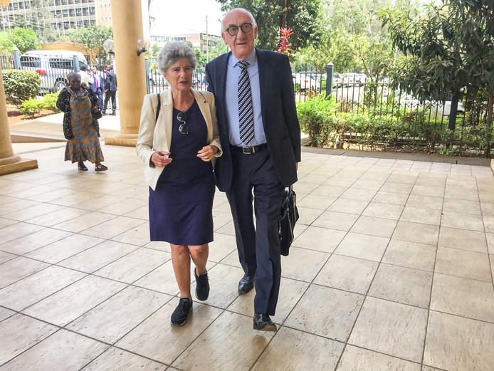 Zus Gabrie van de vermiste Tob Cohen (69) komt met haar echtgenote Roy aan bij de rechtbank in Nairobi.