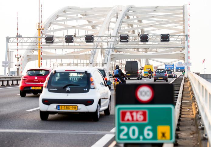 De nieuwe oeververbinding moet ervoor zorgen dat het minder vaak vast staat op de Van Brienenoordbrug.