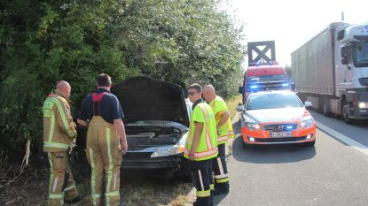 5 Bulgaren vluchten weg en laten rokende wagen achter naast pechstrook E40