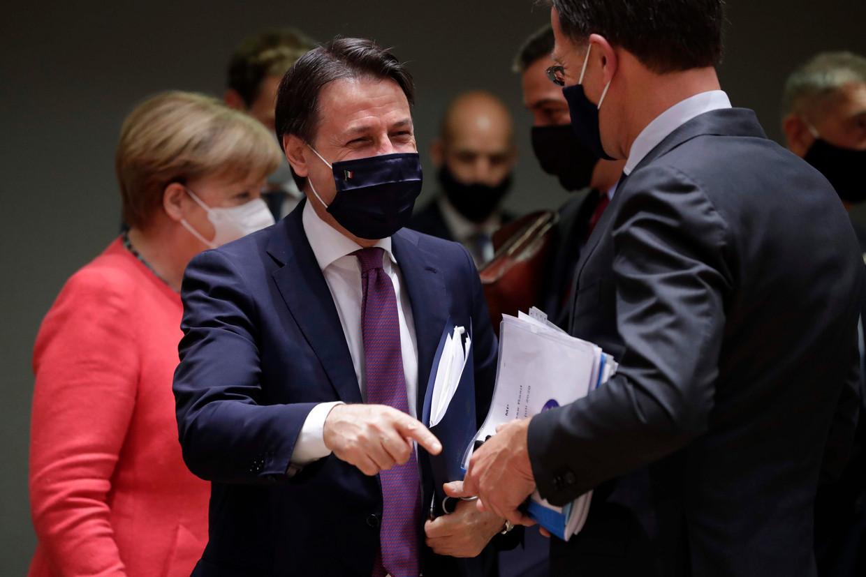 Premier Giuseppe Conte van Italië in gesprek met Mark Rutte. Beeld AFP
