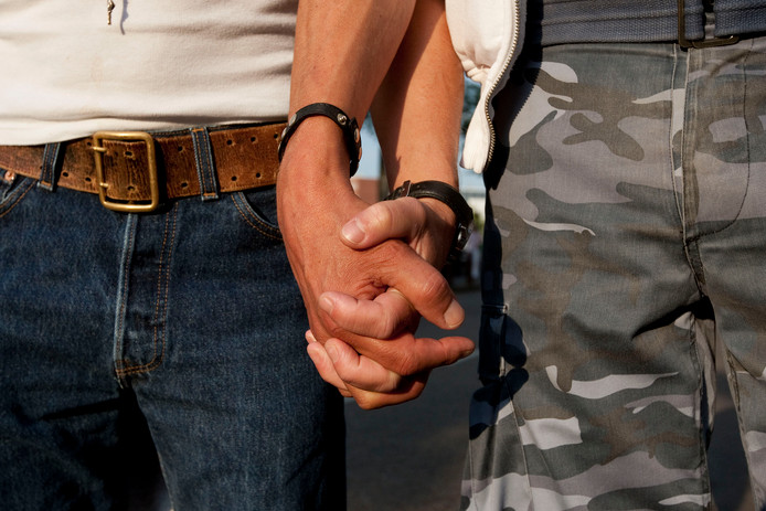 Ruim een vijfde van de Nederlanders heeft meer moeite met twee mannen die hand in hand lopen dan met een man en vrouw die dat doen.