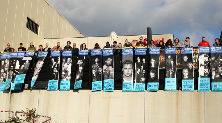 De eigenaars rollen hun banners uit op het terras van de kantine van het sport- en jeugdcomplex.