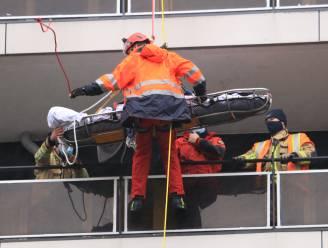 Brandweer evacueert gewonde vrouw van 14de verdieping in Fabiolapark