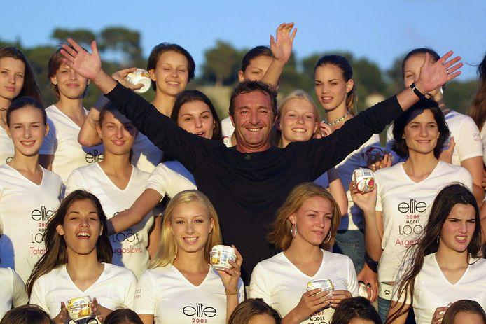 Image d'archive. Le président français de l'agence Elite en Europe, Gérald Marie, pose avec les candidats du concours Elite Model Look sur la Promenade des Anglais à Nice, dans le sud-est de la France.