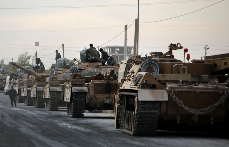Turkse tanks bij de grensplaats Ackakale.