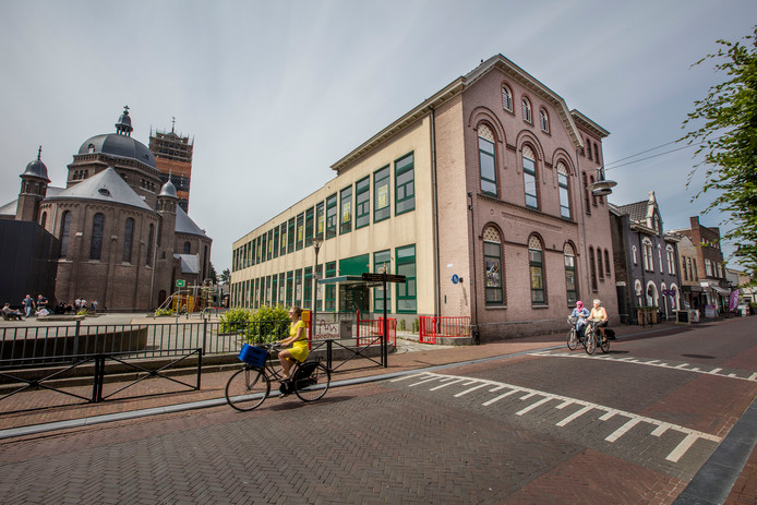 De oude Mariaschool aan de Kromme Steenweg. Het achterste, nieuwere gedeelte is inmiddels gesloopt. Links de kerk met daarin theater Speelhuis.