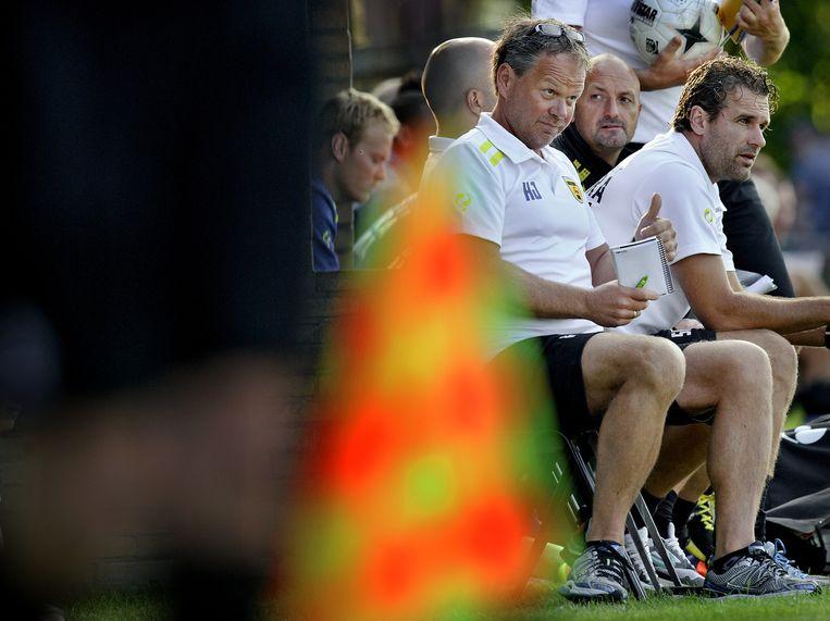 Henk de Jong kijkt tevreden toe hoe Cambuur Leeuwarden dinsdagavond FC Volendam met 2-1 verslaat. Beeld Klaas Jan van der Weij