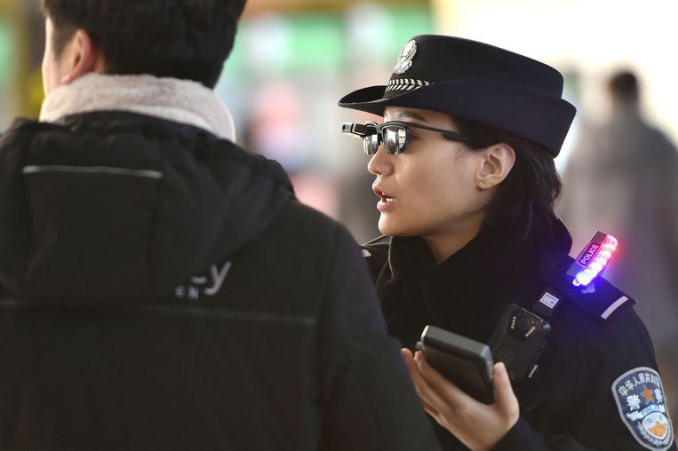 De bril is verbonden met een draagbaar apparaat, dat verbinding maakt met een database van de politie.