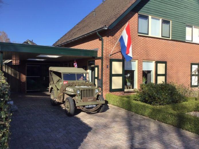 Een passende foto van de vlag, met jeep.