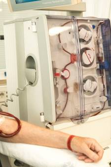 Team van Zorgwaard helpt nierpatiënt thuis bij dialyseverzorging