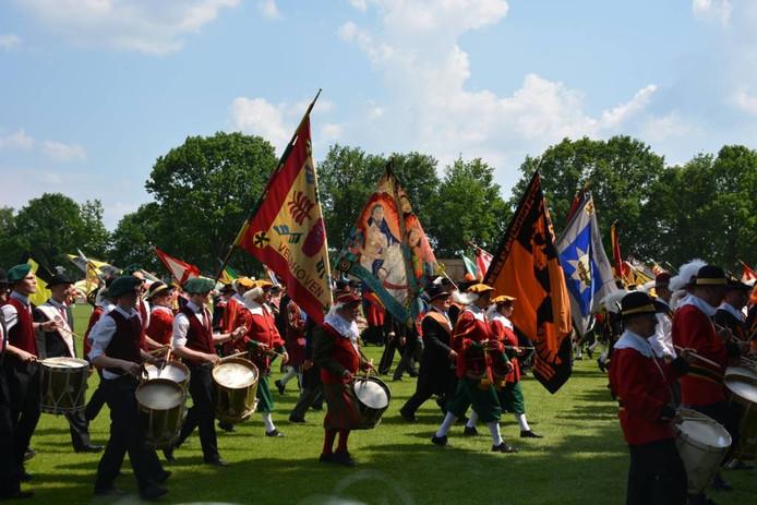 Beeld van de massale opmars op het feestterrein in Steensel afgelopen zondag.