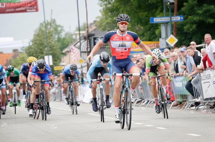Ricardo van Dongen wint de Acht van Chaam bij de elite/beloften, voor David van Eerd.
