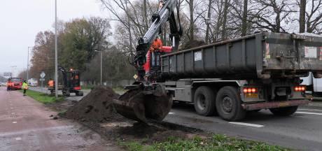 Vrachtwagen verliest oplegger in Enschede: 1000 liter diesel op straat en verkeer muurvast