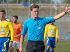 Scheidsrechter Rick Sturm uit Oostkapelle koestert na zijn ongeluk elke minuut op het veld