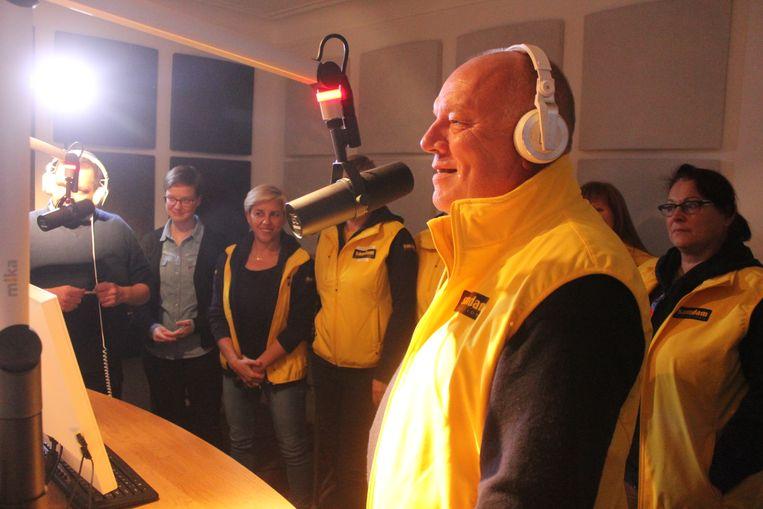 De chequeoverhandiging vond plaats in de studio van Goeiedag Radio.