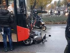 Scooter belandt onder bus in Eindhoven, bestuurder raakt gewond