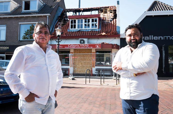 Rawi (links) en Vikas Chhabri voor hun uitgebrande cafetaria in Harmelen