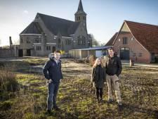 Jongeren bouwen hun eigen huis in Lattrop; 'Hier naast de kerk staat straks een echt vriendenwijkje'