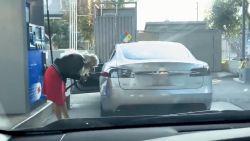 Foutje: vrouw probeert om met elektrische wagen te tanken