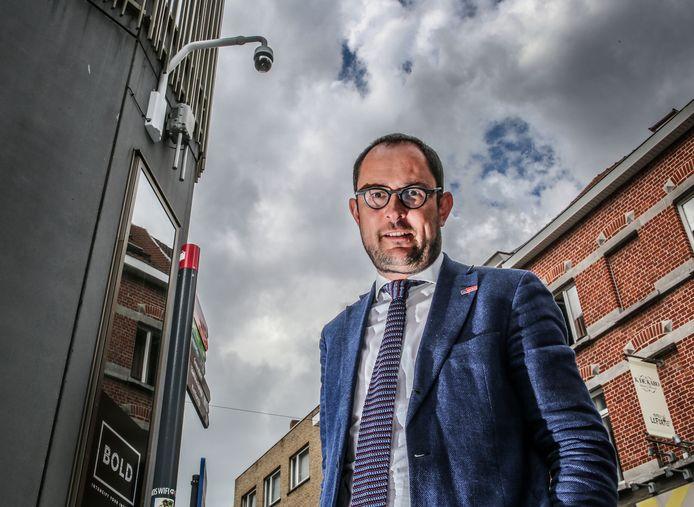 Burgemeester van Kortrijk Vincent Van Quickenborne poseert bij een camera in het winkelwandelgebied van de stad. Archiefbeeld.