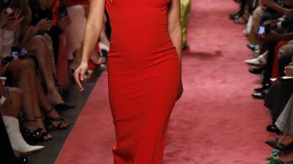 Topmodel Lily Aldridge 5 maanden zwanger op de catwalk