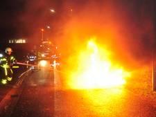 Bestelbusje vliegt spontaan in brand tijdens rijden in Waalwijk