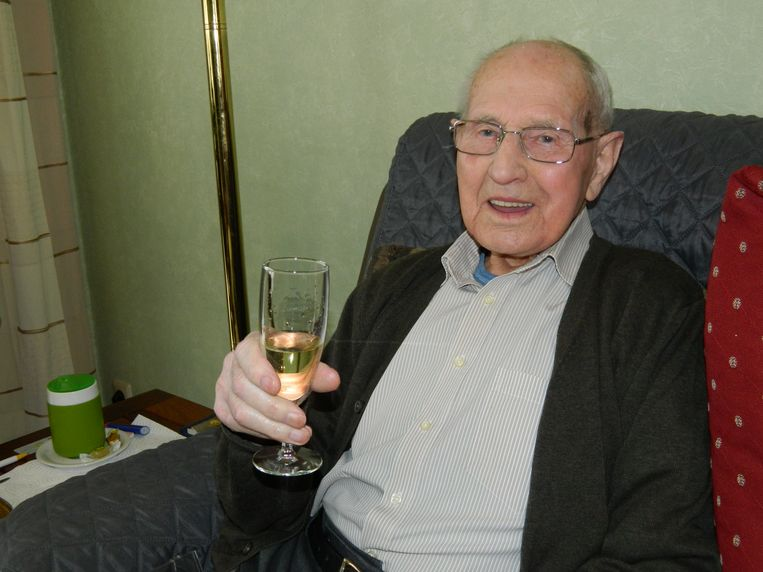 Urbain Heyndrickx dronk een glaasje op zijn 107e verjaardag.