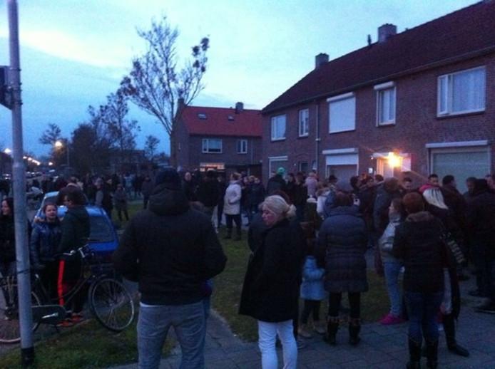Ongeveer 200 mensen protesteren tegen de komst van statushouders in Oss.