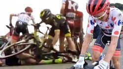 De beelden waarop duidelijk wordt waarom het achterwiel van geplaagde Tour-renner zo fel draaide
