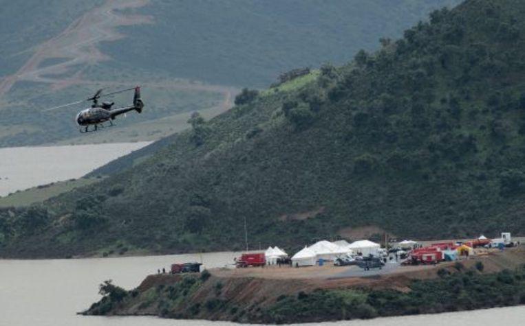 Een helikopter vliegt over het meer ten zuiden van de Marokkaanse hoofdstad Rabat waar het lichaam van sjeik Ahmed bin Zayed al-Nahayan is gevonden. ANP Beeld