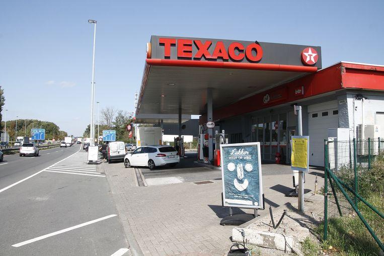 De eerste transmigranten werden hier uit een truck gehaald aan het tankstation in Erembodegem.