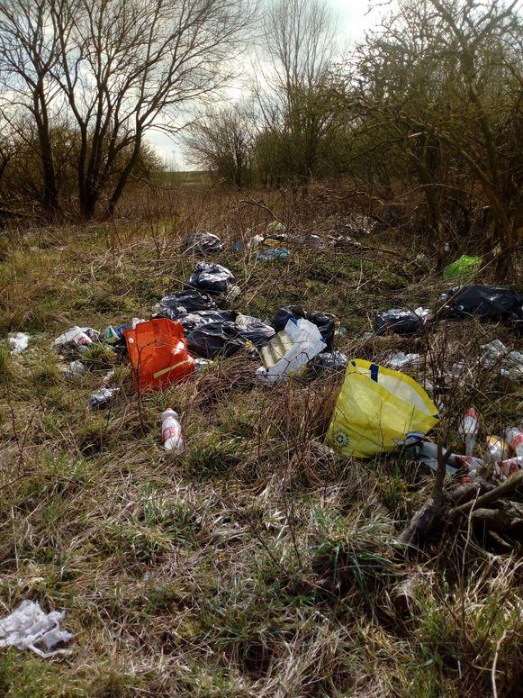 Al maandenlang wordt er afval gestort in het natuurgebied.