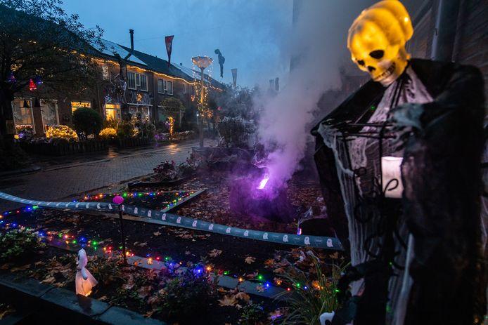 Het Meerkoetpad in Hank is helemaal versierd voor Halloween.