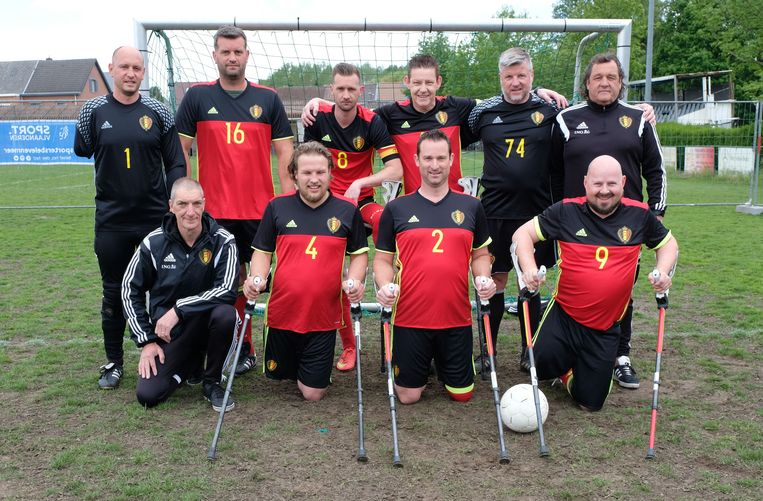 De ploeg van 'Amp Football Belgium' is samengesteld uit spelers met een amputatie aan het been en een keeper met een amputatie van de hand.