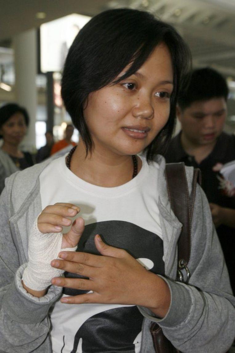Een gewonde passagier spreekt de pers toe.