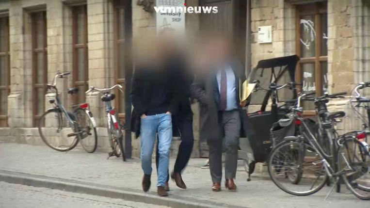 Reuzegom - student die buitenkomt met o.a. zijn advocaat in 2019