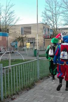 Zwarte pieten bestormen basisschool in Utrecht