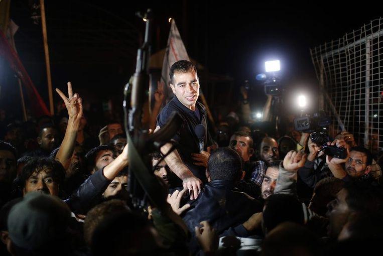 Een van de vrijgelaten Palestijnese gevangen bij de grens met Gaza. Beeld reuters