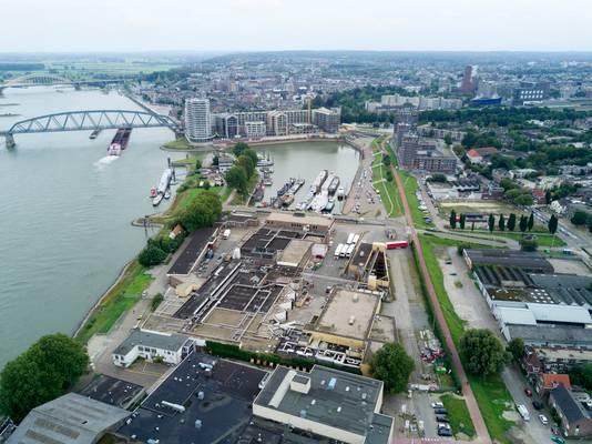 Het gesloten slachthuis Hilckmann (links) aan de kop van de Waalhaven. Nog steeds is onduidelijk wanneer de oude hallen overgaan naar de gemeente Nijmegen.