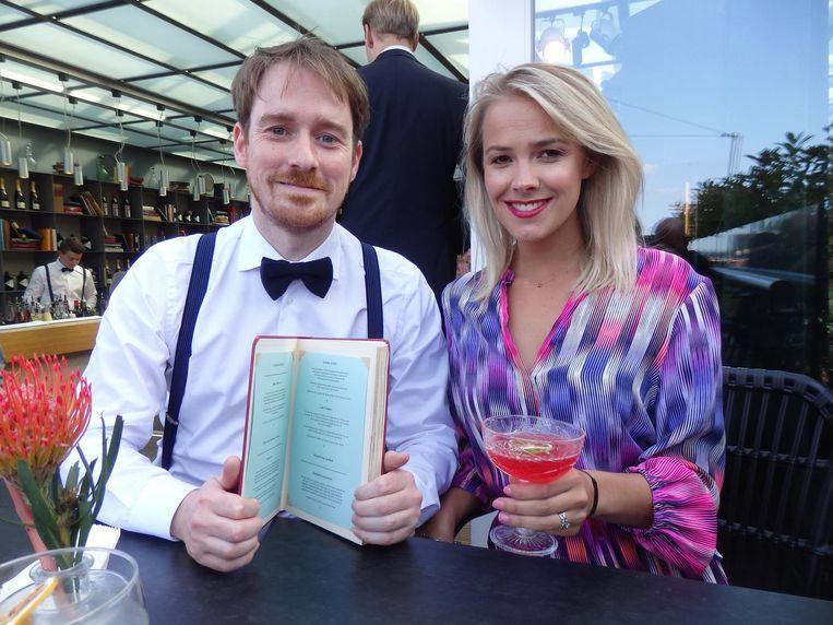 Nog meer team-Pullitzer: Brian Lijs en Eline Zweegers-Annink. Zij heeft een Last Chapter, een milieubewuste cocktail. Lijs legde in detail uit waarom. Beeld Schuim