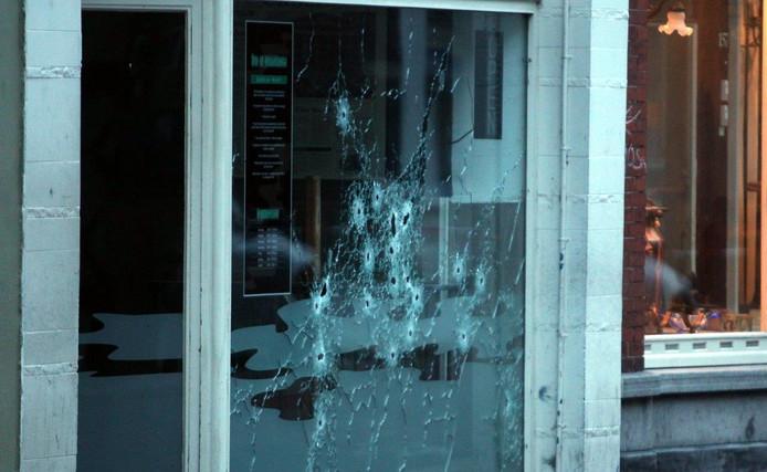 De kogelgaten zijn goed zichtbaar bij coffeeshop Chip 'n Dale.