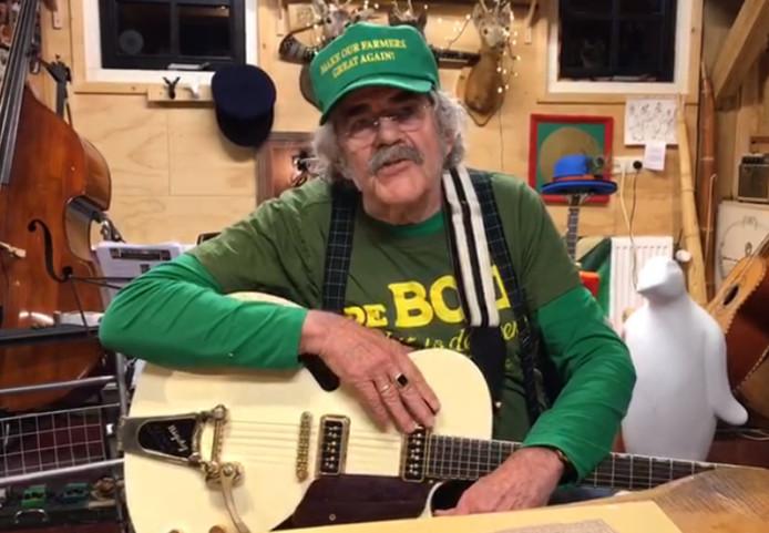 Normaal-voorman Jolink spreekt in een videoboodschap op Facebook, onder anderen boeren toe over hun voorgenomen kerstacties: 'Ik zou het niet doen'.