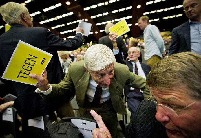 Donner (r) stemde tien jaar geleden op het tumultueuze CDA-congres in Arnhem voor samenwerking met de PVV. Oud-premier Dries van Agt (m) was destijds fel tegenstander van de gedoogconstructie.