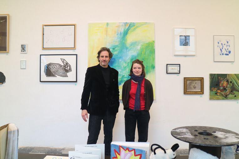 Aster (rechts) maakte het schilderij achter zich in het atelier Kleur van Luc Dondeyne (links).