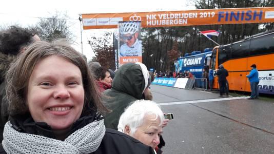Natasja De Beukelaer uit Kapellen bezoekt met haar vader het NK voor haar favoriet Mathieu van der Poel. Haar moeder kijkt thuis alleen naar de tv, zij is fan van Wout van Aert.