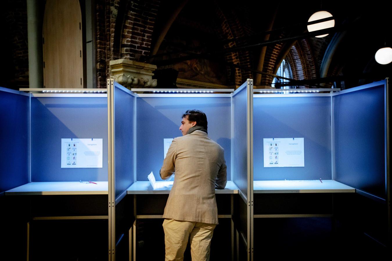 Fractievoorzitter Thierry Baudet van Forum voor Democratie (FvD) brengt zijn stem uit voor de Provinciale Statenverkiezingen en het waterschap.