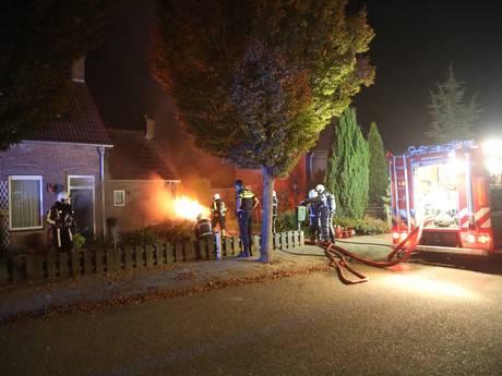 Brandende auto zet bijna huis in lichterlaaie in Megen