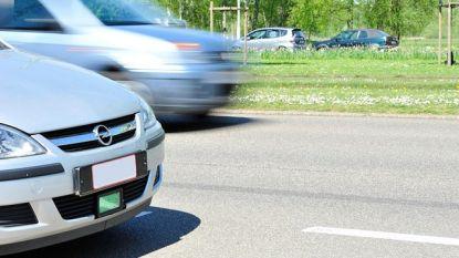 Politieachtervolging in Deurne eindigt met crash tegen glasbol