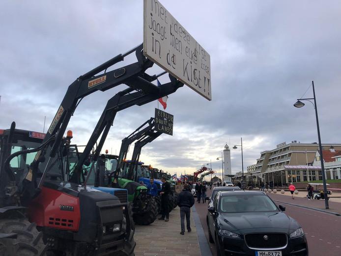 Tractoren staan zaterdagochtend opgesteld bij het hotel in Noordwijk.